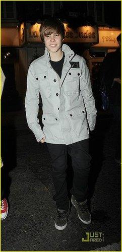 Amo o Justin Bieber,ele é muito lindo e canta muito bem ;* I love Justin Bieber, he is very cute and sings very well *