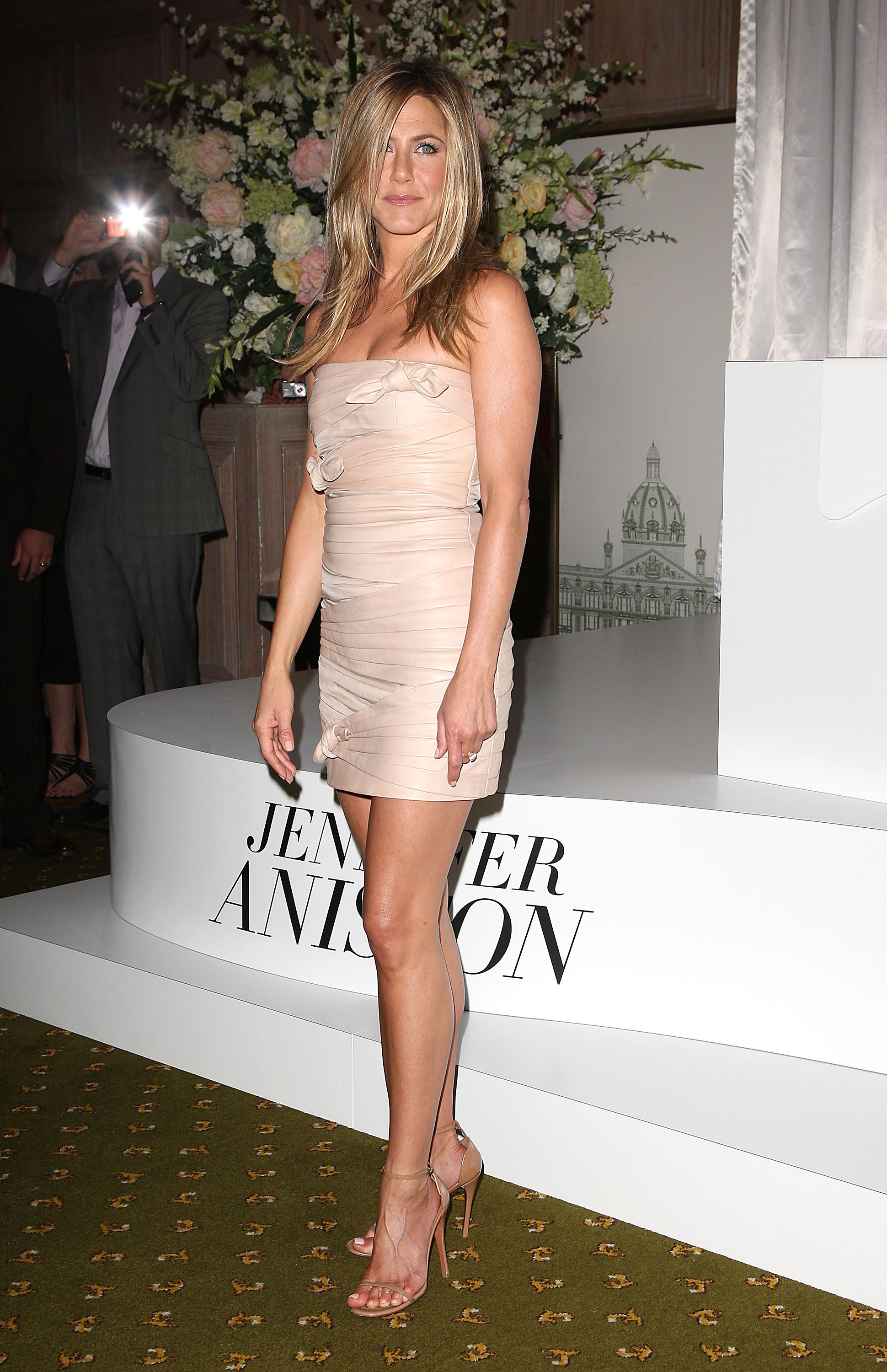 Pictures of jennifer aniston promoting her new scent for Jennifer aniston 2010