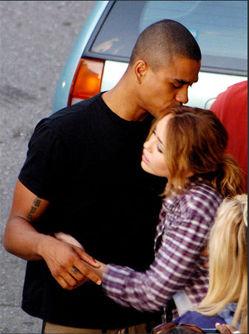 A fila andou? Miley Cyrus é vista abraçada com amigo no set de filmagens