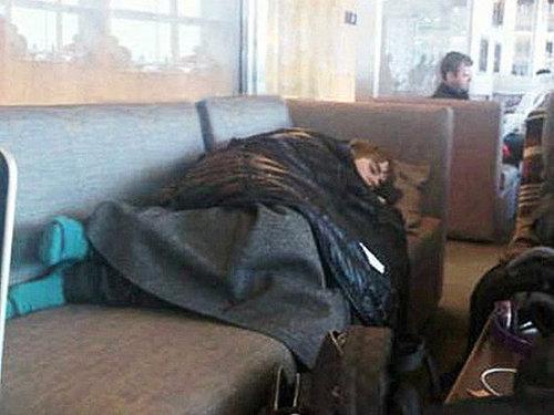 Acorda, dorminhoco! Justin Bieber dorme em sofá após longo dia de trabalho