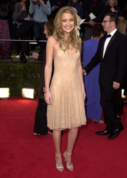 Kate Hudson chose a strappy little dress and a flower for her hair in 2001.