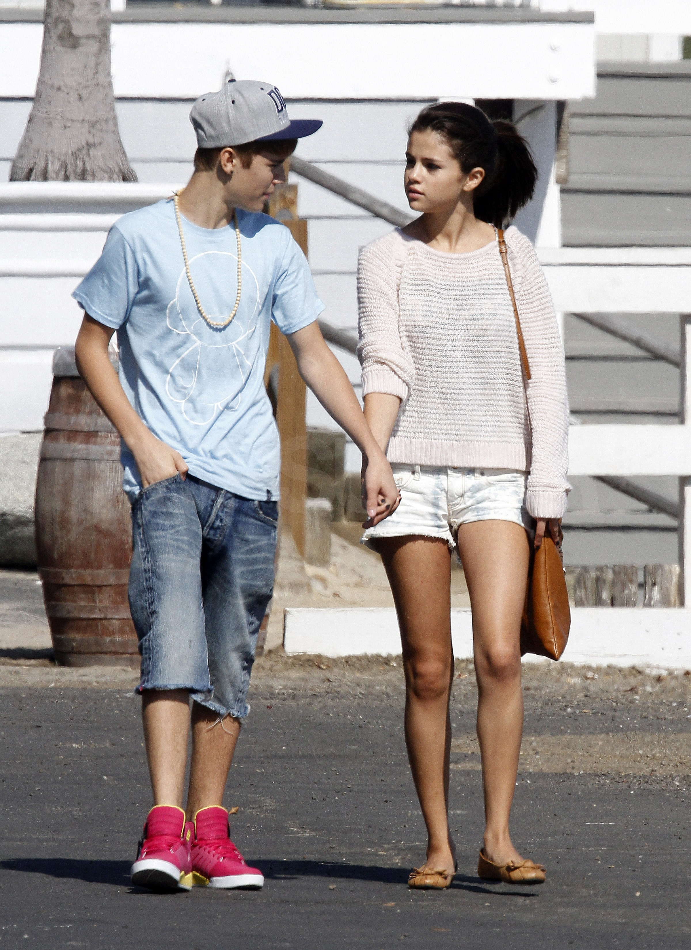 justin bieber and selena gomez beach kissing www