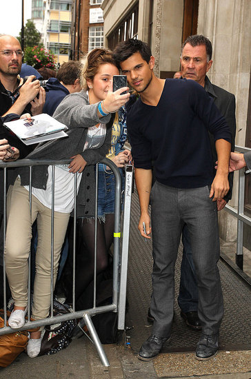 Taylor Lautner took some time out to pose with fans in London on Sept. 26.