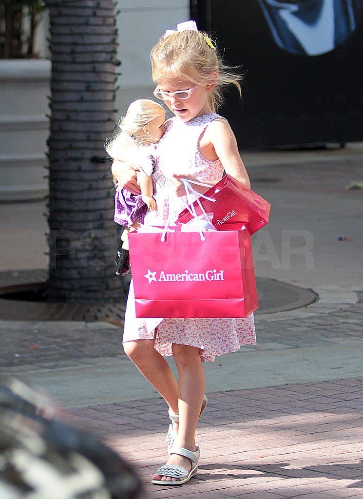 Violet Affleck carried a red bag.