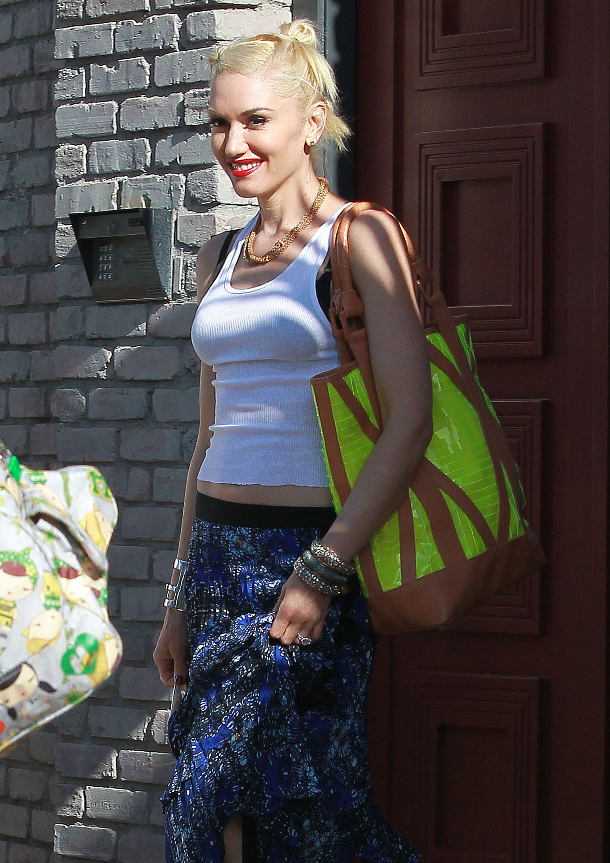 Gwen Stefani wore a neon green bag to Joel Silver's Memorial Day party in LA.