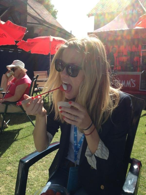 Brooklyn Decker enjoyed a snack of strawberries and cream. Source: Twitter user paulslittle