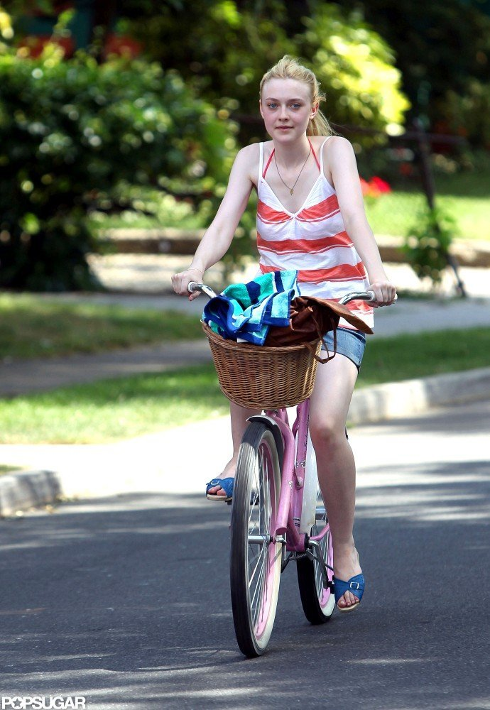 Dakota Fanning rode a pink bike.