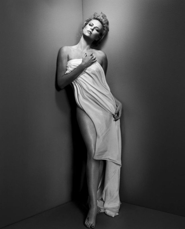 In October 2010, Charlize Theron posed for fashion photographer Vincent Peters.