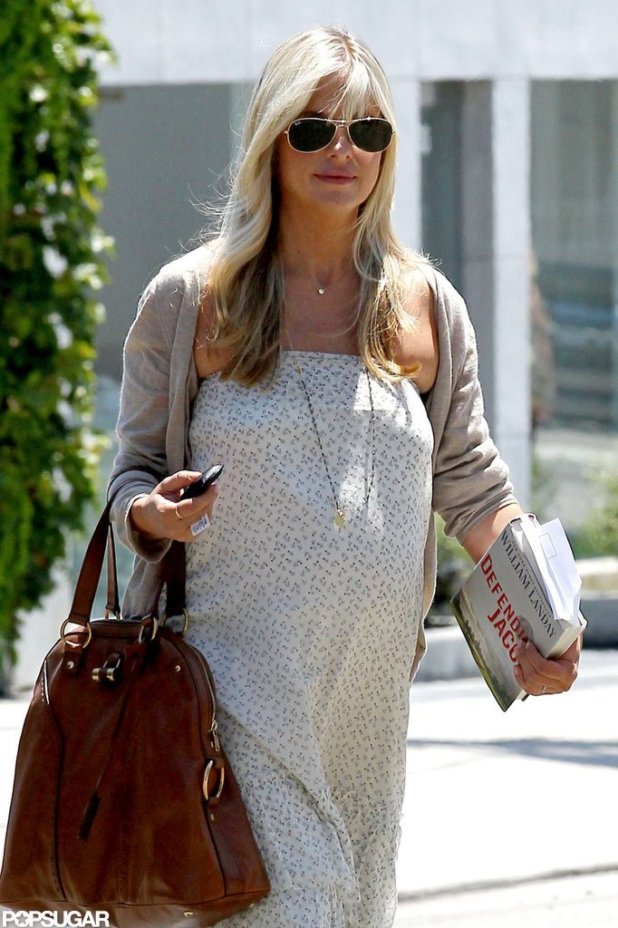 Sarah Michelle Gellar had a book in one hand and a purse in the other.