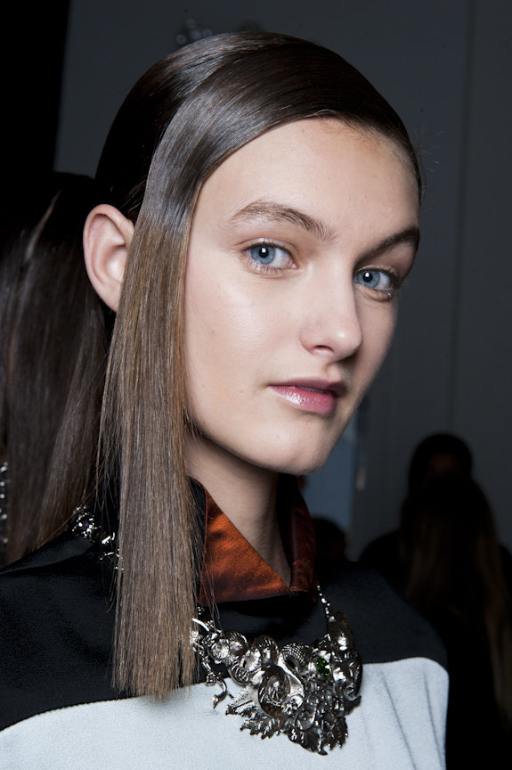 On the runway, the hair flowed from midshaft downward.