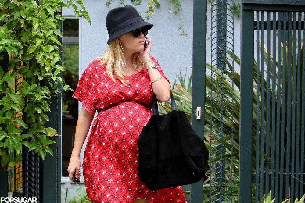 Reese Witherspoon talked on her phone.