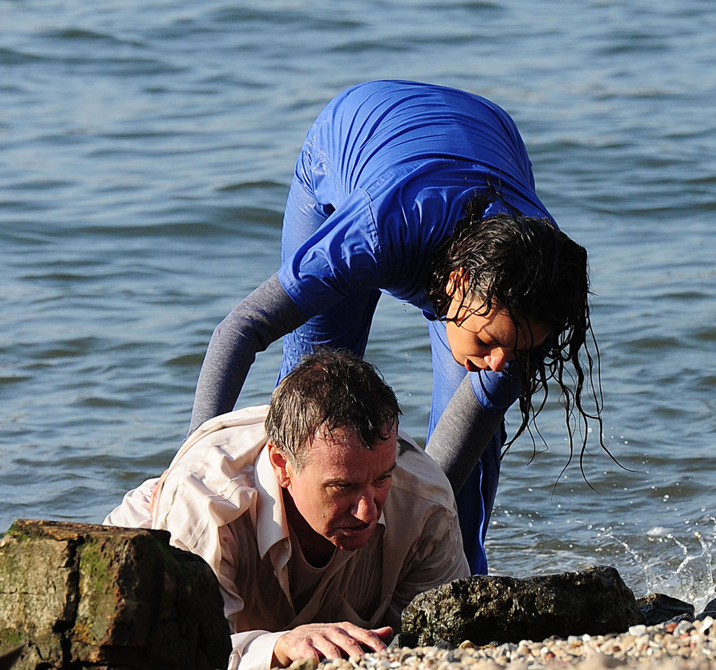 Mila Kunis helped Robin Williams to shore as they filmed.
