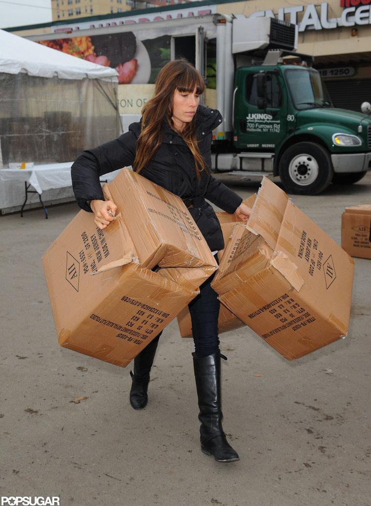 Jessica Biel carried cardboard boxes while volunteering.