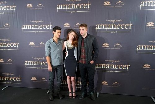 Taylor Lautner, Kristen Stewart and Robert Pattinson posed for photos at the Breaking Dawn —Part 2 photo call in Madrid.