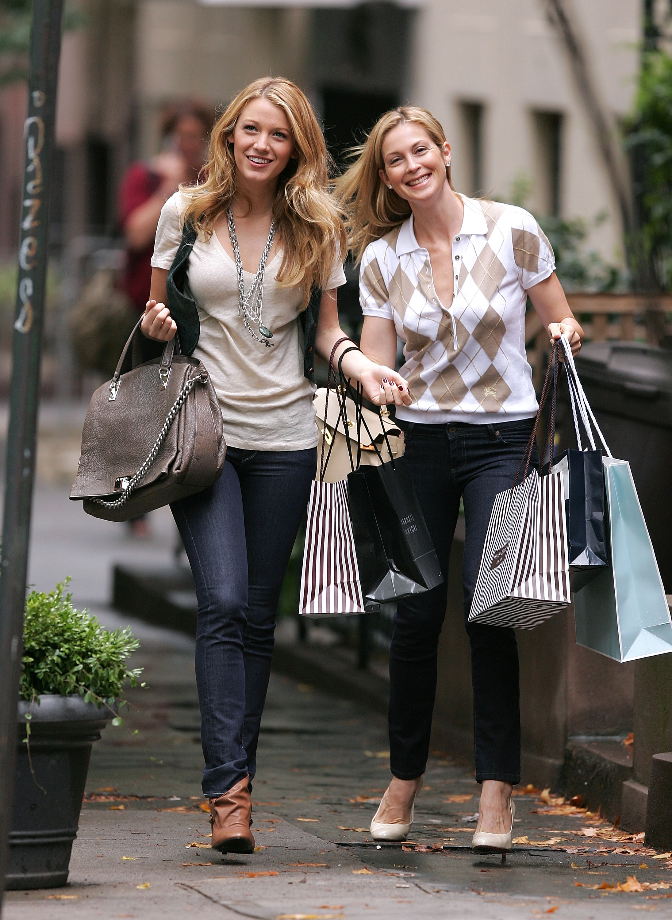 Onscreen family members Serena van der Woodsen and Lily Bass, played by Blake Lively and Kelly Rutherford, took a very fashionable stroll through Manhattan in August 2008.