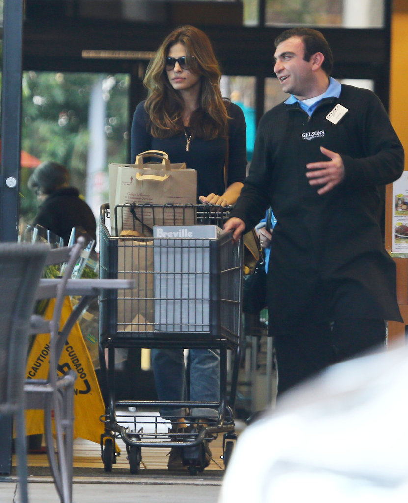 Eva Mendes chatted with a supermarket worker.