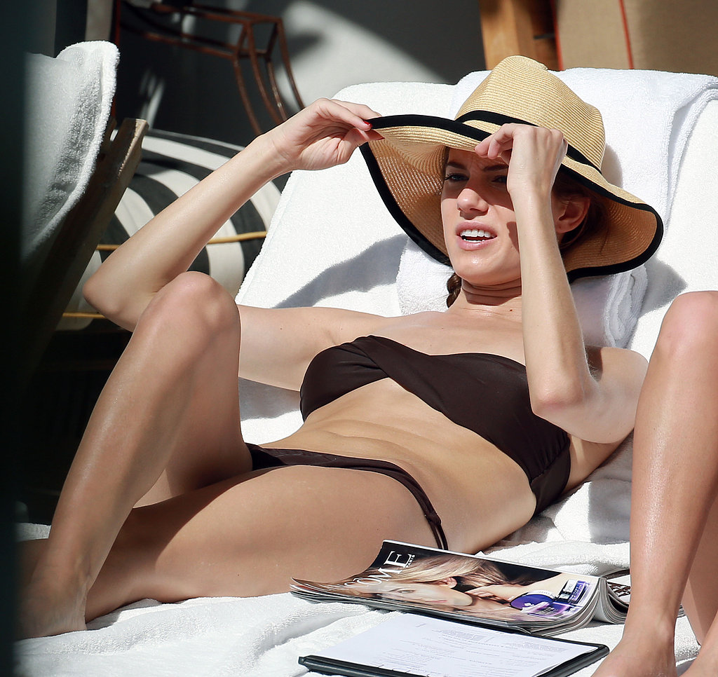 Allison Williams wears Bikini (Bikini )