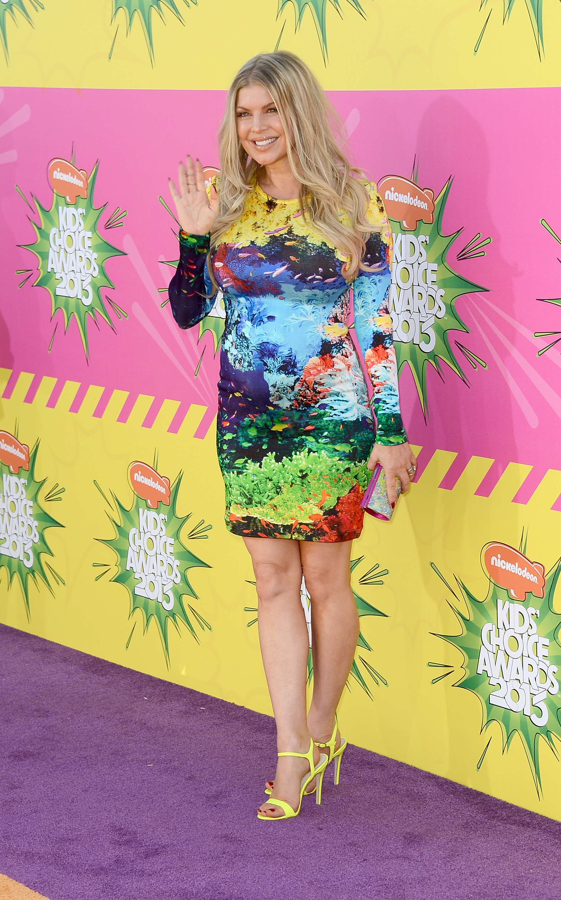 Pregnant Fergie gave a wave on the carpet.