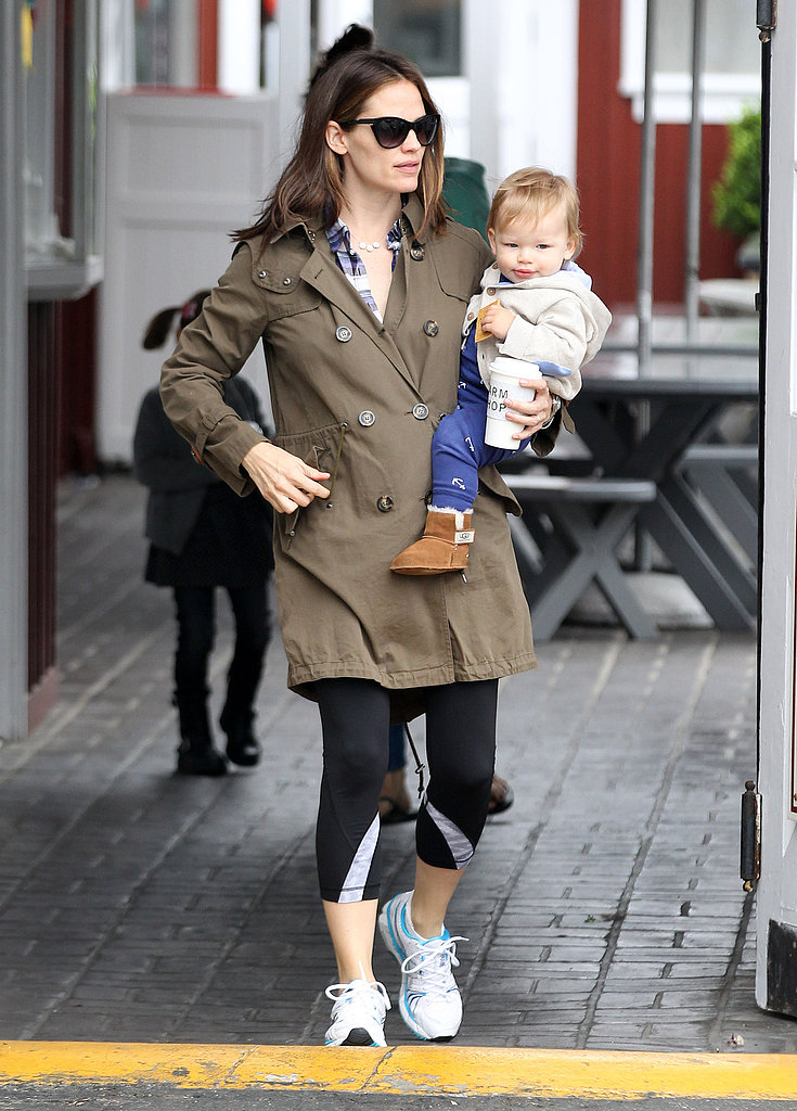 Jennifer Garner balanced Samuel Affleck on her hip in Brentwood as they grabbed breakfast in March 2013.