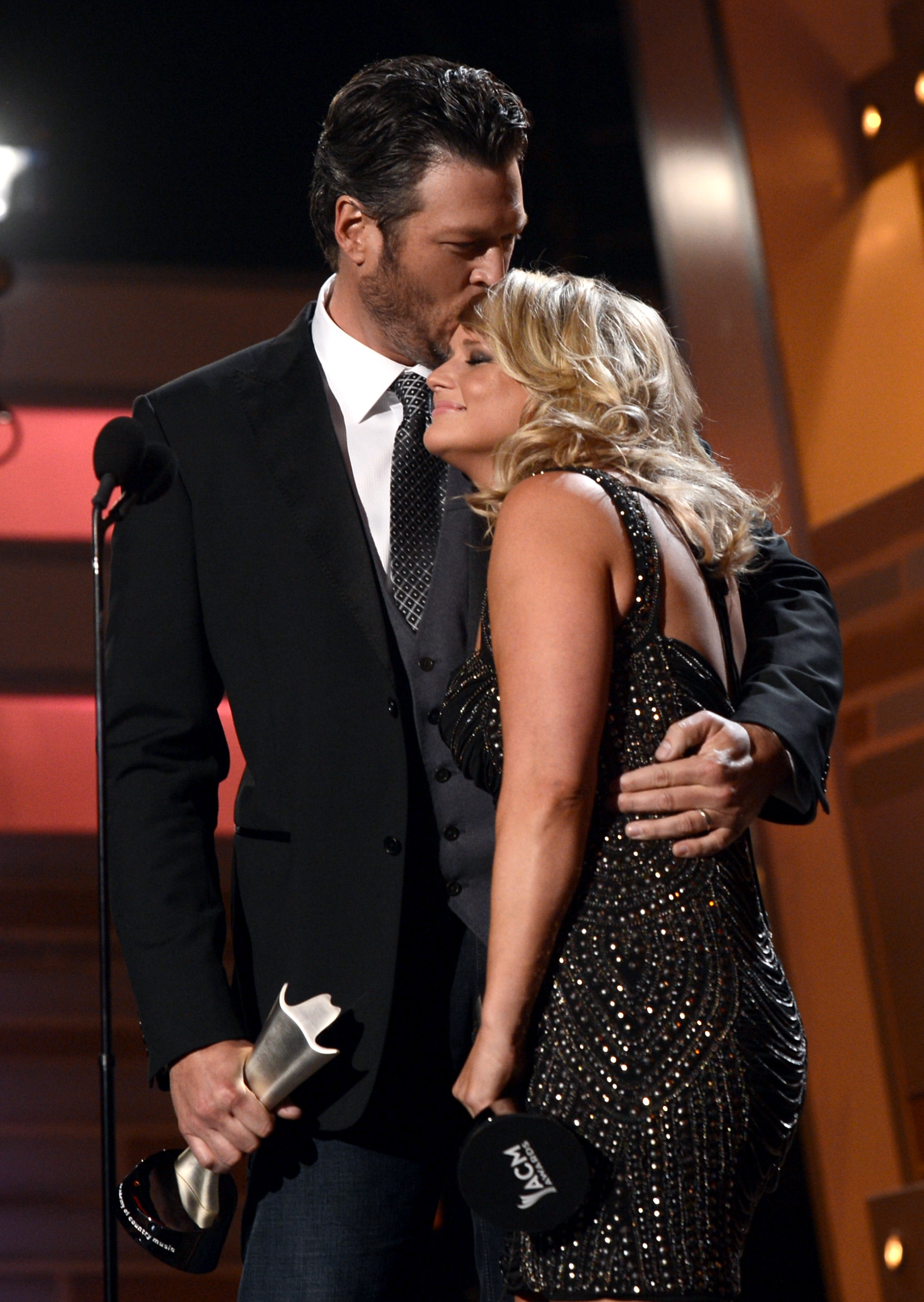 blake shelton kissed miranda lambert while they accepted