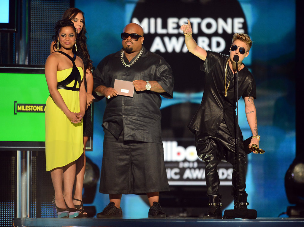 When the crowd booed during Justin Bieber's speech, he thanked the fans for their support.