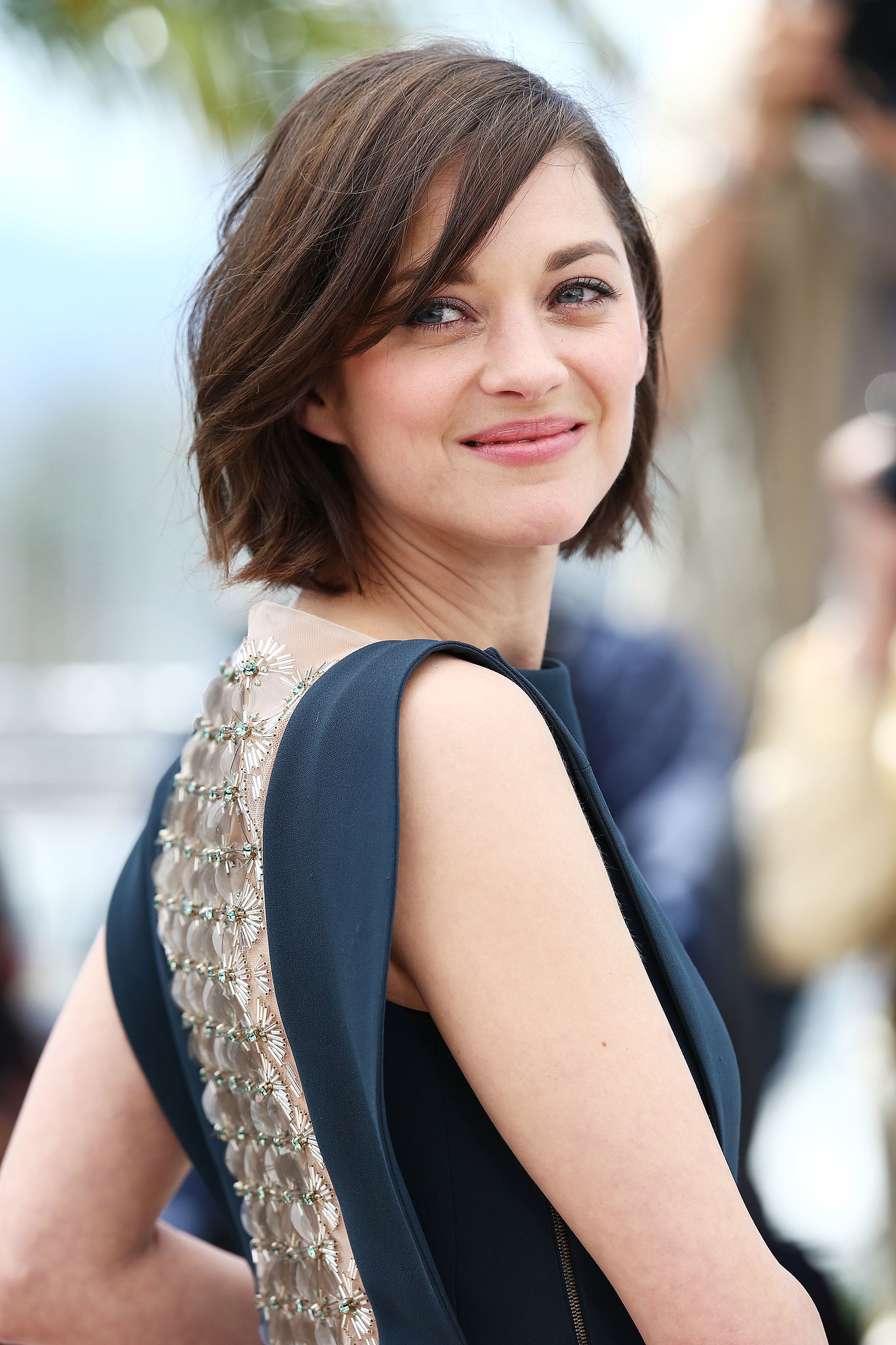 Styling her brown crop in loose waves, Marion Cotillard opted for a neutral makeup look at the photocall for Blood Ties.