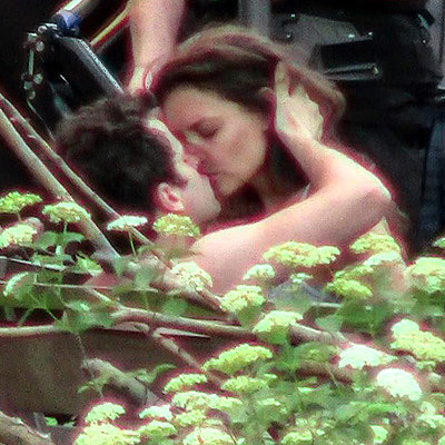 Katie Holmes Films a Kissing Scene For Maniac Days