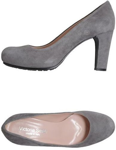 VICTORIA SMITH Closed-toe slip-ons