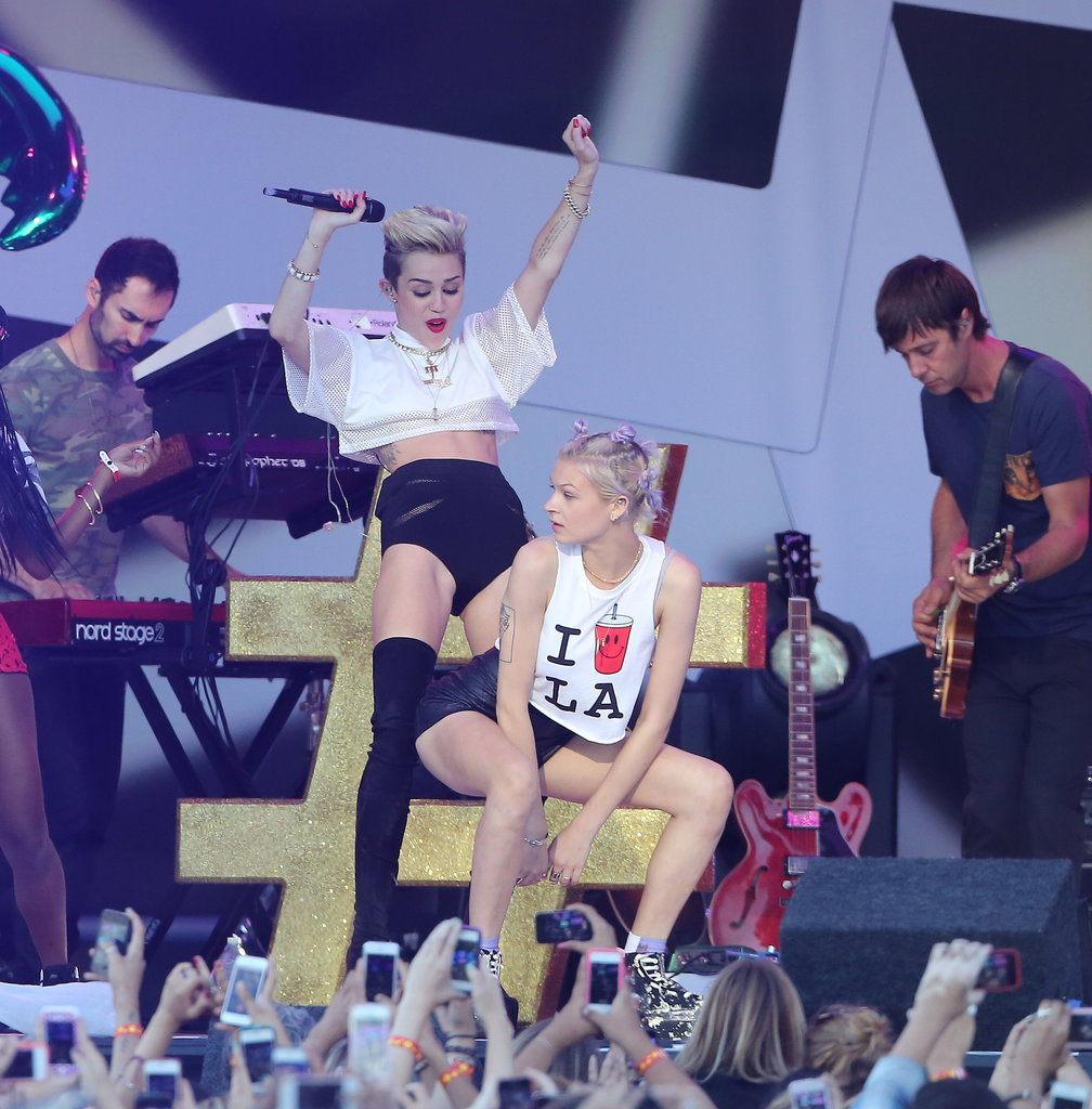 Miley Cyrus danced with a female dancer during her performance.