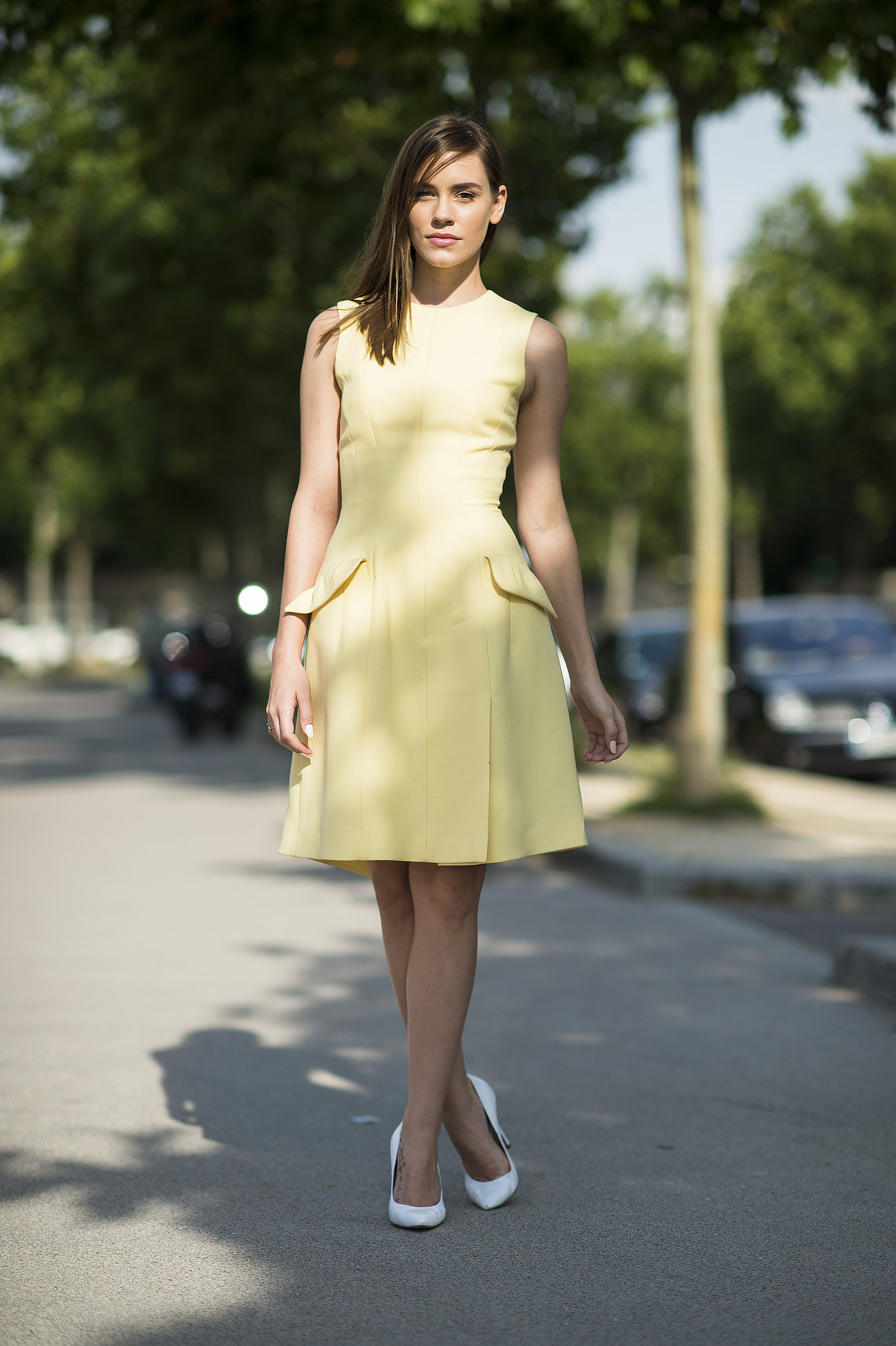 A ladylike look, from the sweet yellow sheath right down to her polished white pumps. Source: Le 21ème | Adam Katz Sinding