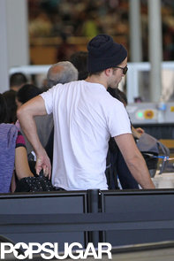 Robert-Pattinson-made-his-way-through-security-LAX