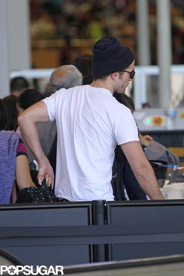 Robert-Pattinson-made-his-way-through-security-LAX