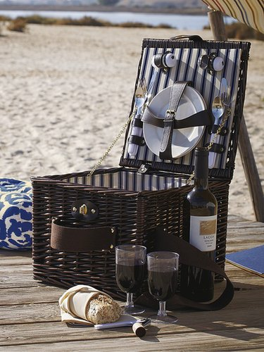 Epicurean Dark Wicker 2-Person Picnic Hamper
