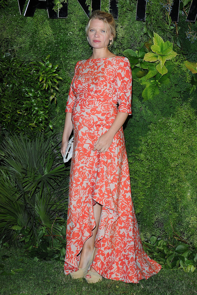 Mélanie Thierry flaunted her maternity style while walking the green carpet for Vanity Fair.