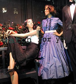 Kerry-Washington-posed-her-mannequins-windows-Saks