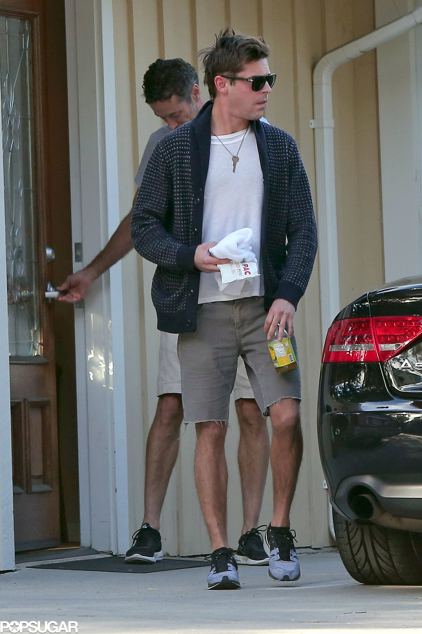 Zac Efron held on to an ice pack while out in LA.  Source: 4CRNS/Gallo/FameFlynet