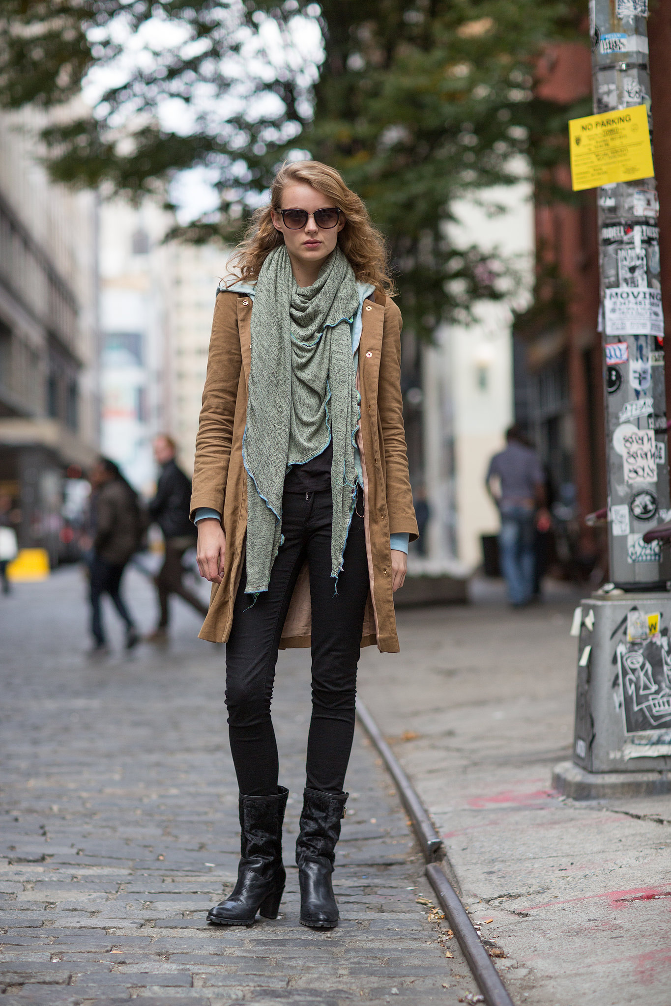 Let your scarf be the star of your outfit and watch the for Xxx en la oficina