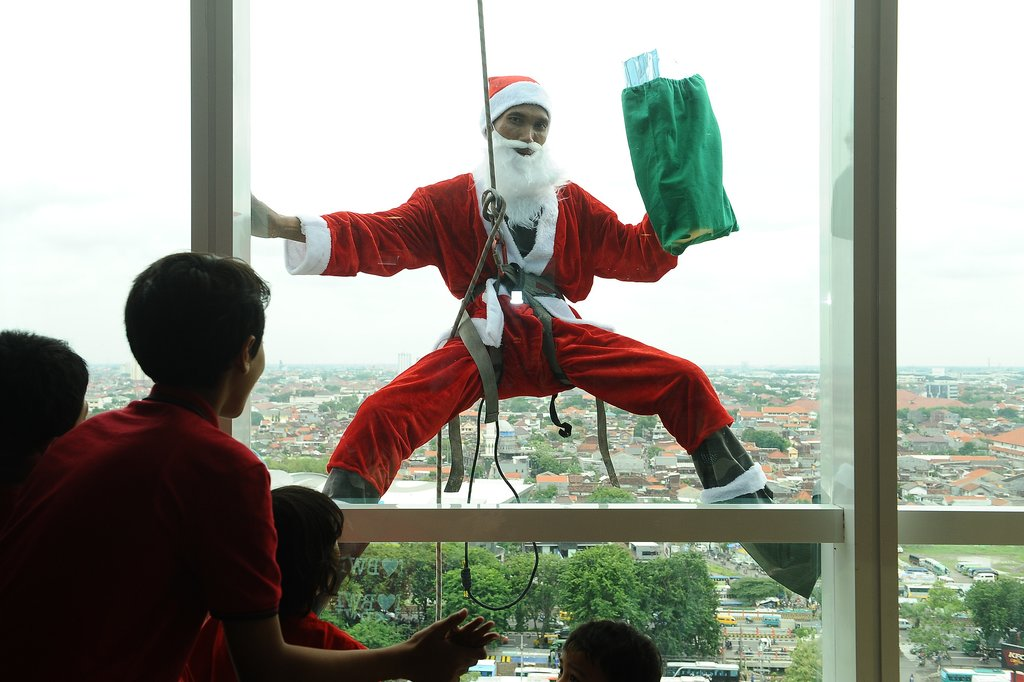 Santa Claus surprised children through a hotel window in Indonesia.