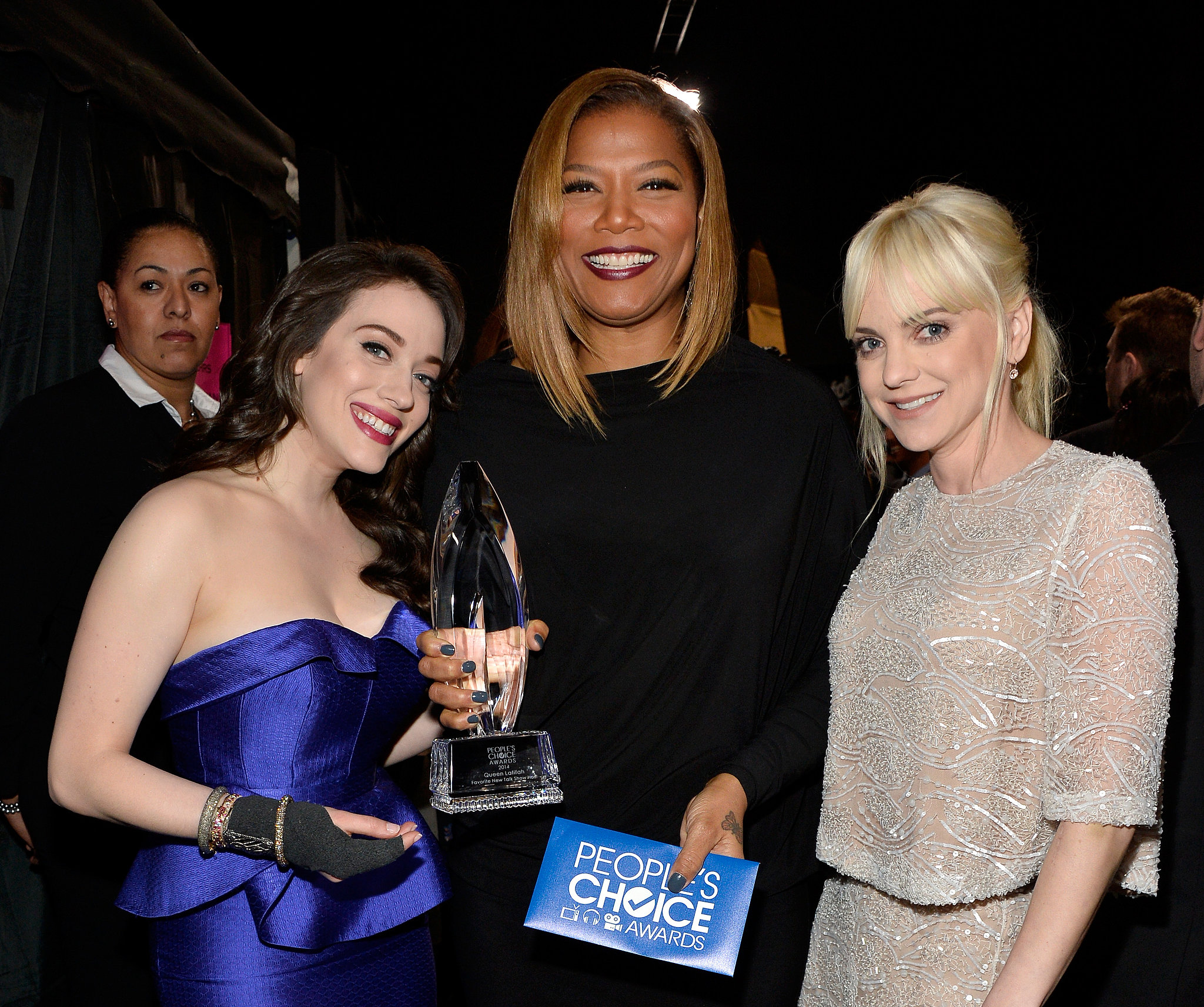 Queen Latifah showed off her statue for favorite new talk show host with Kat Dennings and Anna Faris backstage — see a list of all the People's Choice Awards winners.