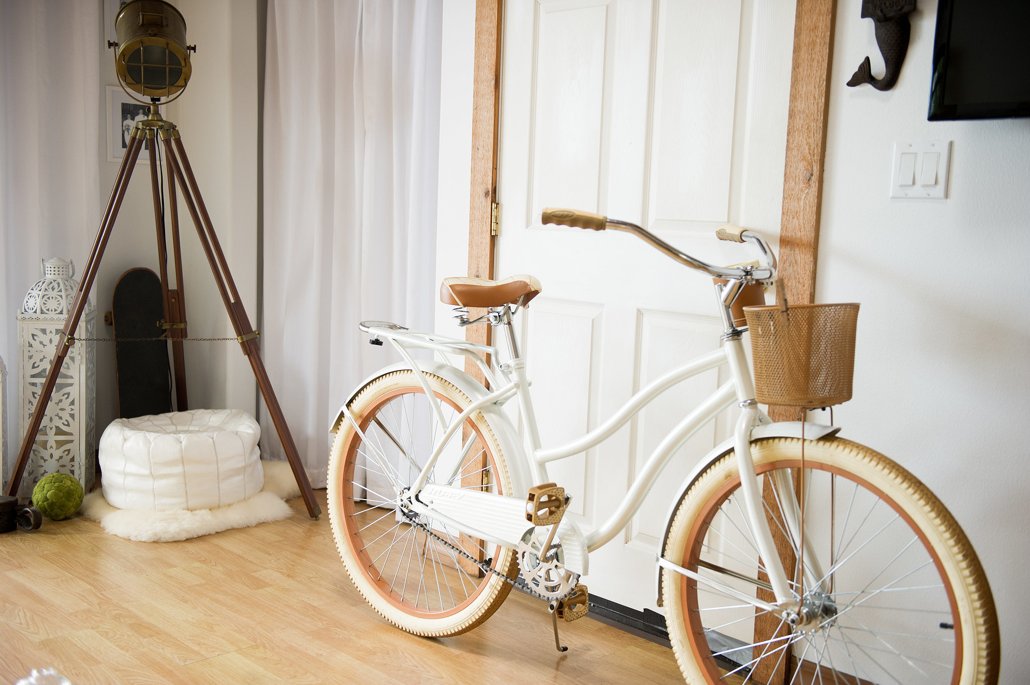 We love how the cream-colored beach cruiser fits seamlessly with Kelsi's decor. Photo by Ashley Camper