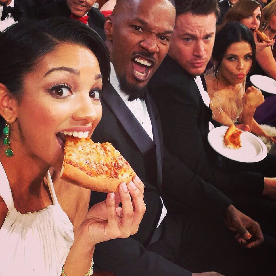 Corinne Foxx snapped a pizza-eating Oscars selfie in the audience with her dad, Jamie; Channing Tatum; and Jenna Dewan. Source: Twitter user corinnefoxx