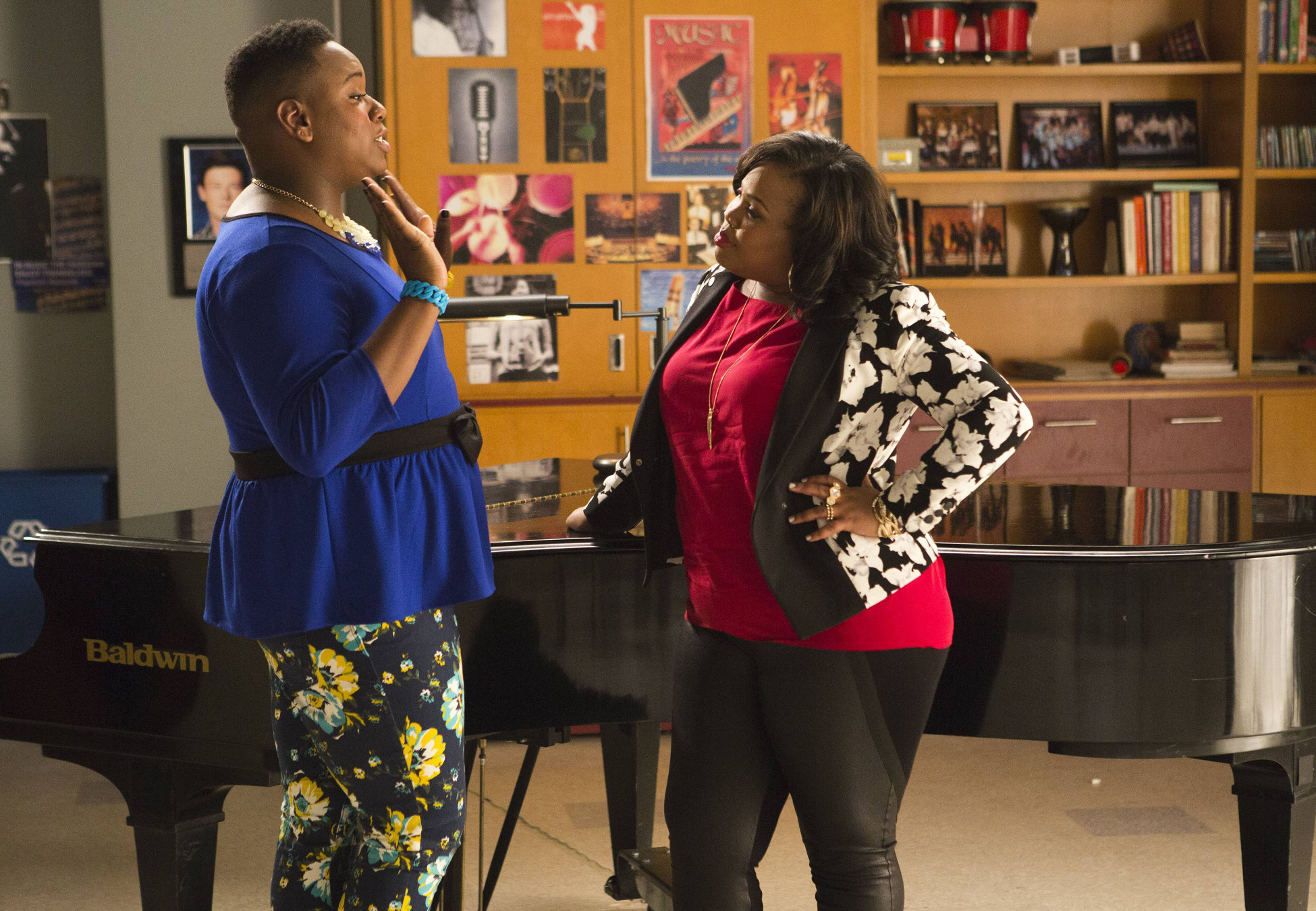 Unique (Alex Newell) and Mercedes have a chat.
