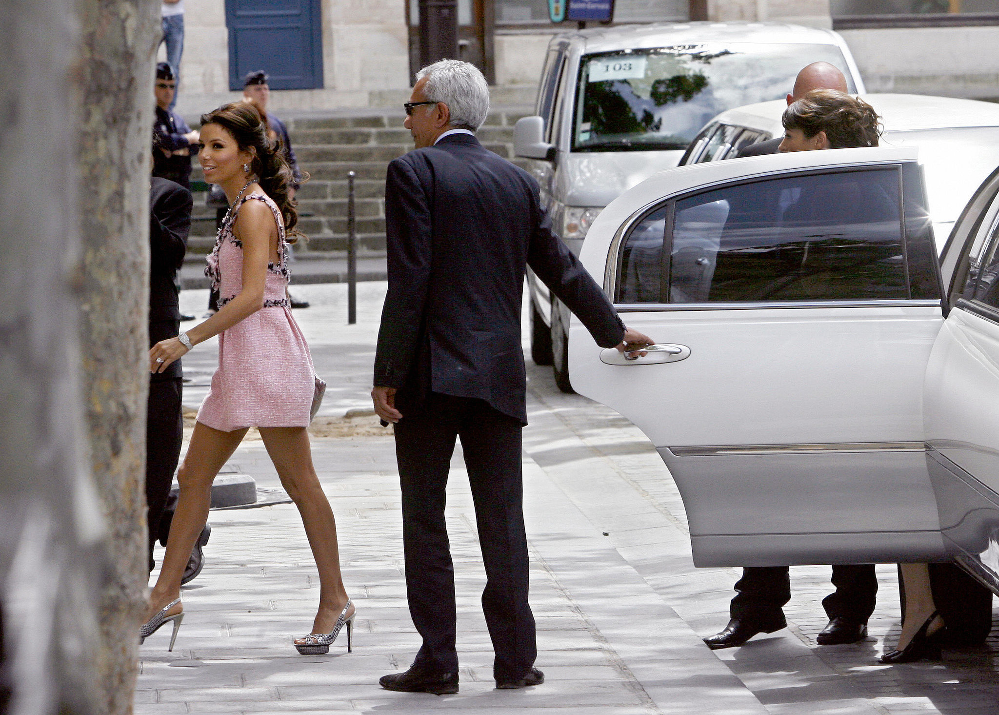 Eva arrived to the Paris city hall the day before her religious ceremony.