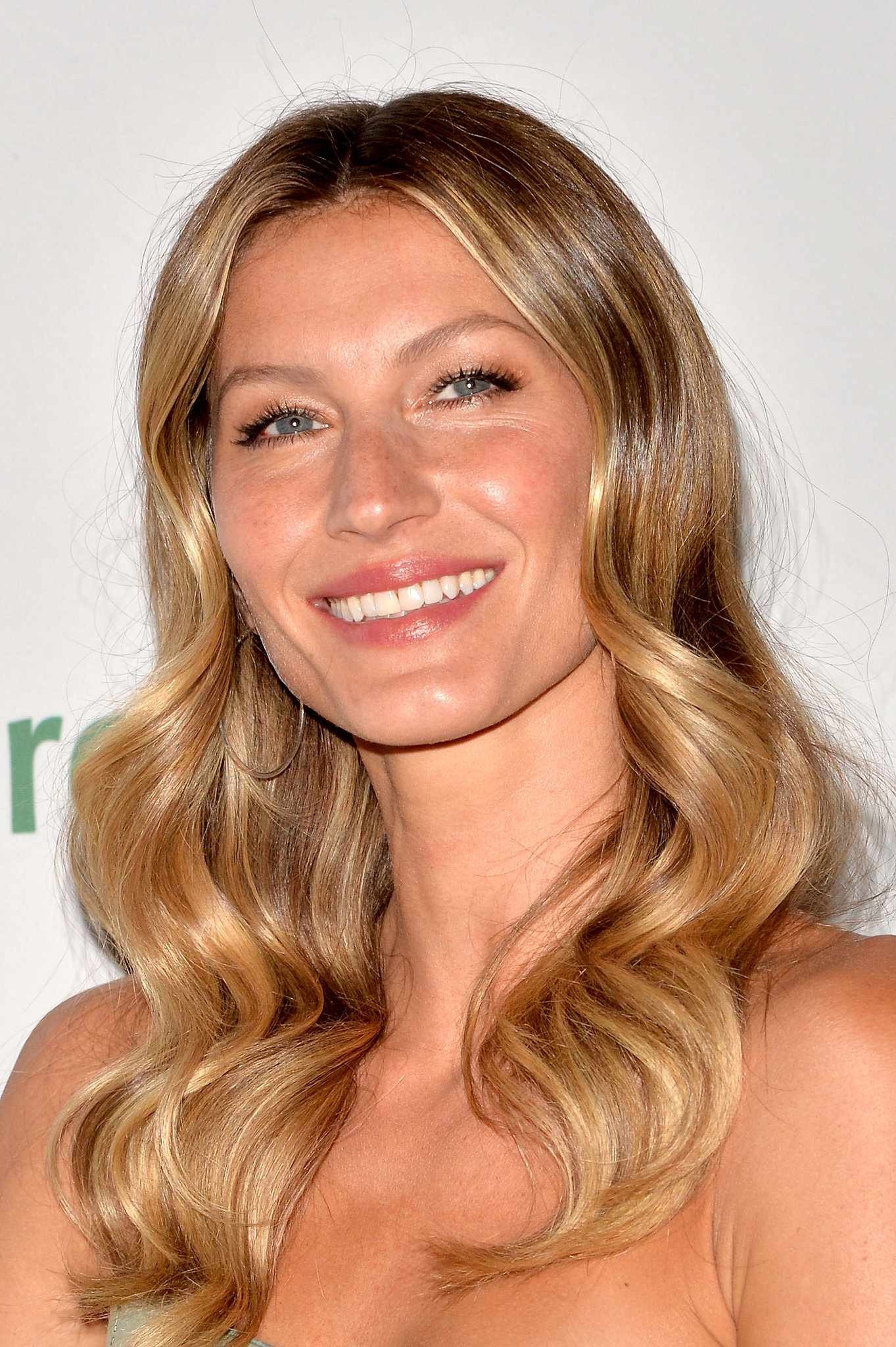 Gisele paired a sheer peachy lip with loose waves at the Save the Rainforest Gala.