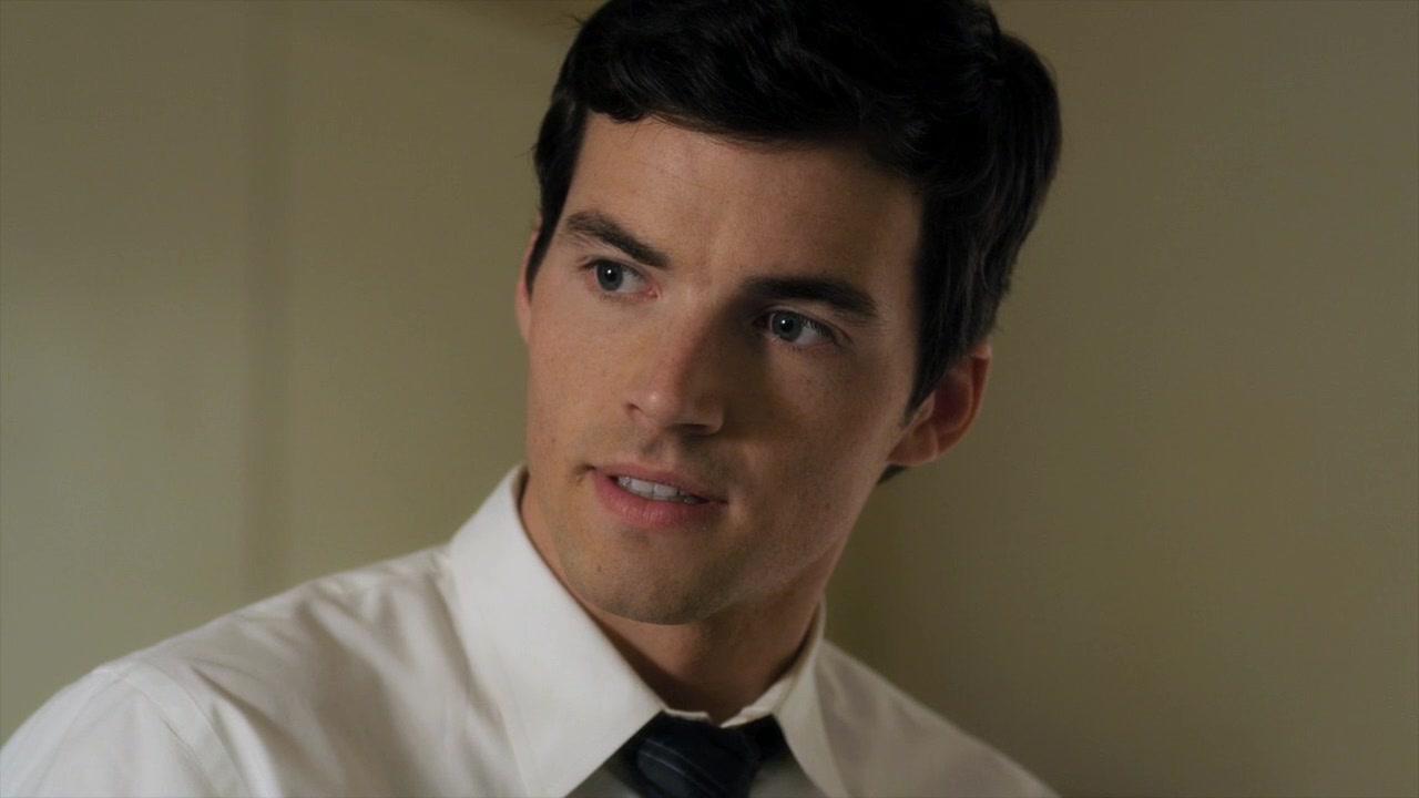 Ezra Fitz (Ian Harding)