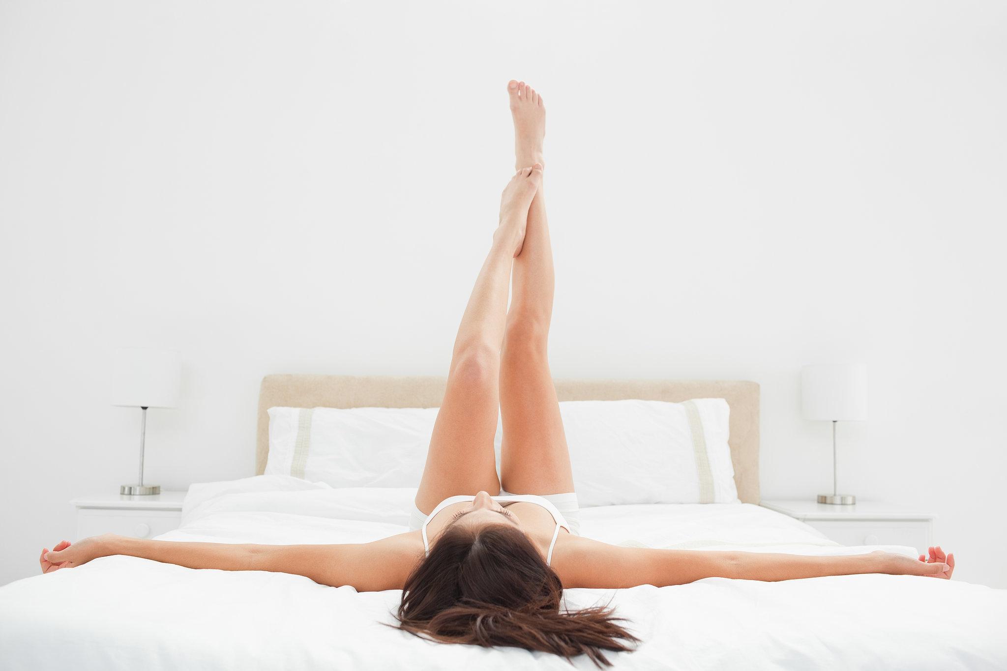 Фото ног лежа на кровати 1 фотография
