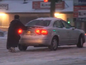 Homeless Man Helps Push Cars in Snow Storm, Internet Responds by Raising Almost $20,000