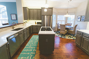 Gray Cabinets Update a Texas Kitchen (7 photos)