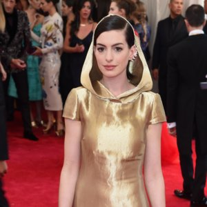 Anne Hathaway Red Carpet Style Pictures at 2015 Met Gala