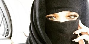 Khloe Kardashian Offends With Niqab Instagram Photo